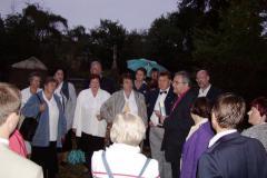 biskup M. Cieślar i chór z Ustronia na cmentarzu_2004r
