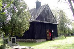 drewniany kościółek na cmentarzu_2003r